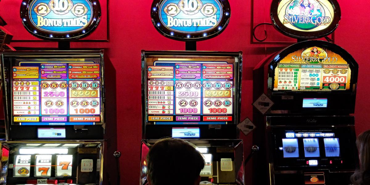 Esitetyt Post kuvat täytyy pelata Rock Star teemalla Slot Games Guns n Roses Slot - Sinun täytyy pelata näitä rokkitähtiteemaisia hedelmäpelejä